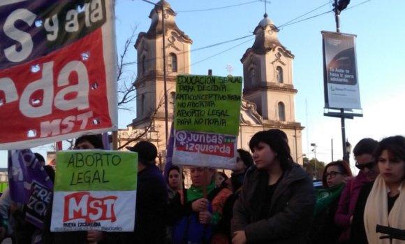 Tras la muerte de una mujer por un aborto, marcharon en la Plaza de Pilar