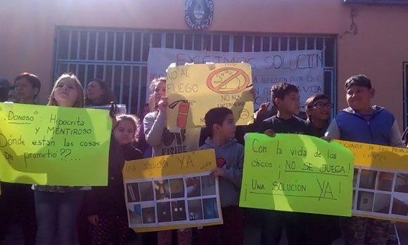 """Se extiende el conflicto por las escuelas cerradas: """"Los chicos y docentes merecen un lugar digno"""""""