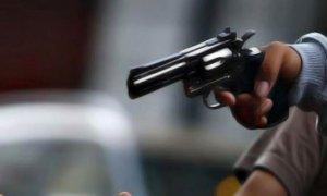 Dos menores armados asaltaron a una mujer en la vía pública