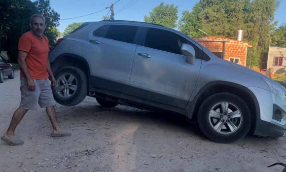 Por el mal estado de una calle, cayó con su auto en un pozo