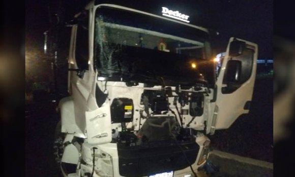 Un camión cruzó con la barrera baja y fue embestido por un tren; hay un muerto