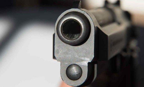 Detienen a militar acusado de apuntar con un arma y golpear a su esposa