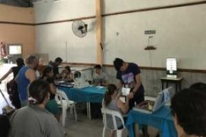 El dirigente Iván Giordano recorre los barrios con controles oftalmológicos para los vecinos